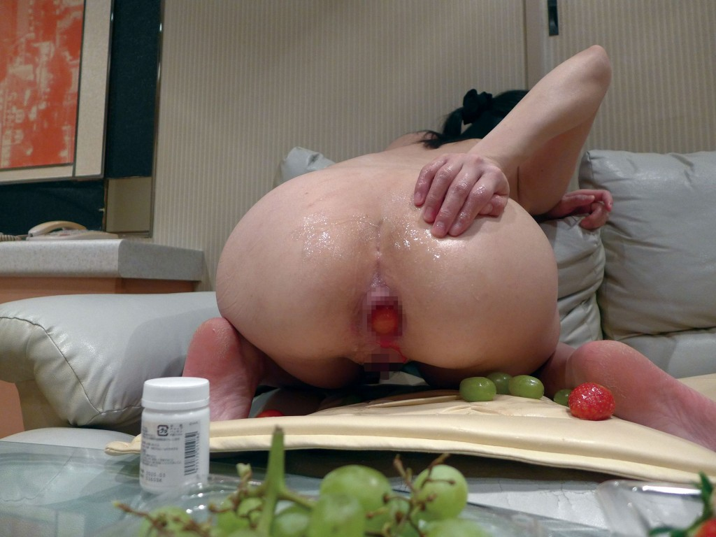 食糞の訓練(肛門に入れた果実を食べさせる)その2 初対面なのに当たり前のように性器・肛門を覗かれ、値踏みの手つきでいじられ、みるみる日常感覚は牝崩壊でした。