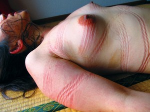 身体に残った縄痕は、私が主様の奴隷である証です。この姿のまま街に出て、どうしようもない変態マゾ女だと世間の皆様に知っていただきたい……。そんな事を妄想しながら、縄の余韻に耽って小さなアクメを繰り返しました。